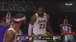 ¡Nadie lo detiene! LeBron James supera el hostigamiento y encesta
