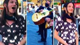 Captan a Natalia Jiménez, de La Quinta Estación, cantando con todo y mariachi en la Plaza Garibaldi