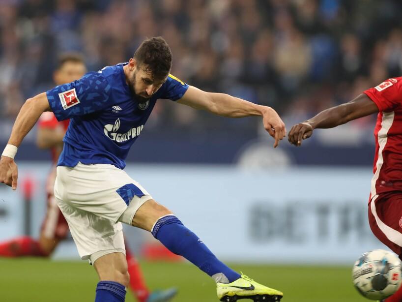 Por Schalke anotaron Caligiuri (33'), Kabak (67') y Serdar (79'). Hennings (62', 74', 85') marcó para los visitantes.