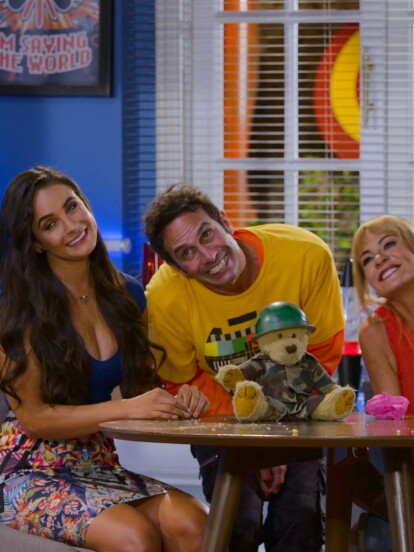 """Vanesa le pide a Pedro rentarle un cuarto y Cris le propone que vivan juntos. Todo se hace un enredo, pero al final deciden vivir los 3 """"en manada"""" y rentarle el comedor al bipolar para trabajar."""