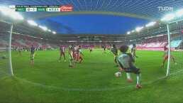 ¡Increíble atajada de Guillermo Ochoa con la rodilla!