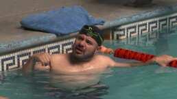 """No sé si está bailando o se está ahogando"": Edson Zúñiga dio clases de natación"