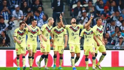 Los jugadores del América celebrando el autogol de Carlos Rodríguez.