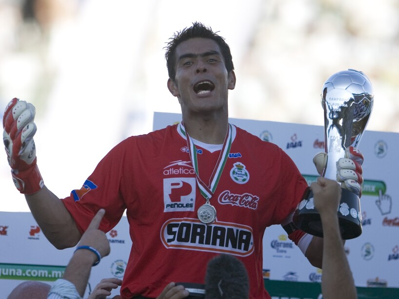 Oswaldo Sánchez sonriendo con trofeo