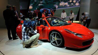 El Ferrari 458 Spider 2013 cuenta con un motor V8 de 4.5 litros que desarrolla 562 caballos de fuerza y es capaz de acelerar de 0 a 62 mph en sólo 3.4 segundos. Su valor supera los 250,000 dólares.