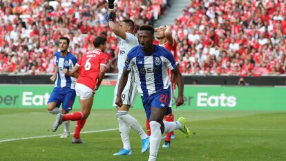 Porto conquistó Lisboa y venció 2-0 al Benfica para alcanzarlo en la cima de la clasificación. Marega y Zé Luís anotaron, mientras que Jesús Corona jugó todo el partido.