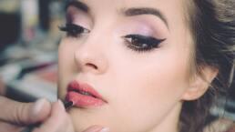 Disimula la papada y crea un efecto anti-edad con este maquillaje