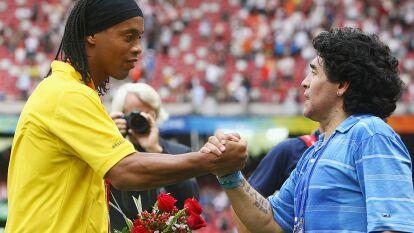 Ronaldinho y Diego Armando Maradona, dos leyendas del futbol mundial que deleitaron a miles de personas con su talento, calidad futbolística y alegría en la cancha. Son grandes amigos.