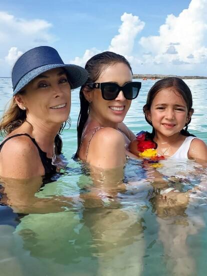"""""""Las Jackies"""" es el título que la conductora utilizó para la fotografía donde aparece su mamá Jacqueline Van Hoorde y su hija """"mini Jackie"""", quienes disfrutan de unas vacaciones en las Bahamas."""