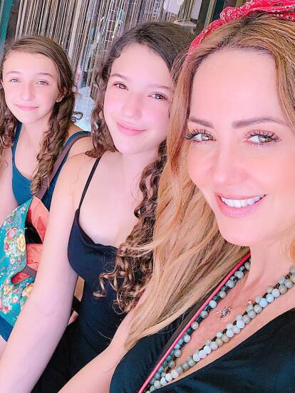 Este fin de semana y después de superar el coronavirus, Andrea Legarreta y su familia se tomaron unos días de descanso en las paradisiacas playas de Acapulco, Guerrero, hecho que aprovecharon sus hijas –Mía y Nina- para hacer gala de su belleza y sorprender en traje de baño.
