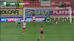 ¡Qué salvada de Necaxa! Idekel Domínguez saca la pelota en la línea
