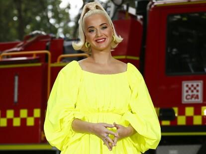 Katy Perry accomcit la lutte contre des pompiers et des victimes de feu de brousse dans la région régionale Victoria