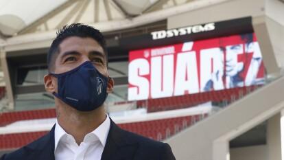 Estas son las primeras imágenes de Luis Suárez en el Atleti   El uruguayo ya vistió los colores rojiblancos de los 'colchoneros'.
