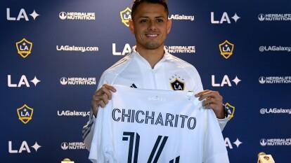 Estos jugadores llegaron para aportar nivel futbolístico y espectáculo. | Javier Hernández - LA Galaxy | El mexicano de 31 años llegó al LA Galaxy procedente de Sevilla. El conjunto español recibió 9.3 millones de dólares, aproximadamente, por los servicios del delantero. Debutará en la MLS el 29 de febrero ante Houston Dynamo.