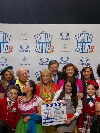 Todo el elenco en la presentación de una familia de diez mas dos