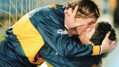 """Durante un clásico argentino en 1996. Boca Juniors goleó por 4-1 a Rive Plate. El Gráfico en portada lo tituló """"El beso del alma""""."""