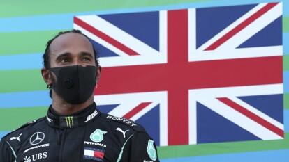 Hamilton ejecutó una casi perfecta carrera en el Gran Premio de España, liderando cada una de las vueltas. Verstappen se queda en la segunda posición, mientras que Bottas logra la tercera posición. El mexicano 'Checo' Pérez quedó en quinto lugar.