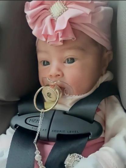Natti Natasha se convirtió en mamá el pasado 22 de mayo, hecho que dio a conocer en redes sociales, donde ahora una vez más cautivó a sus miles de seguidores al publicar las fotografías más tiernas de su hija Vida Isabelle.