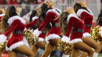 Las porristas de la NFL nos deslumbran con sus atuendos navideños.