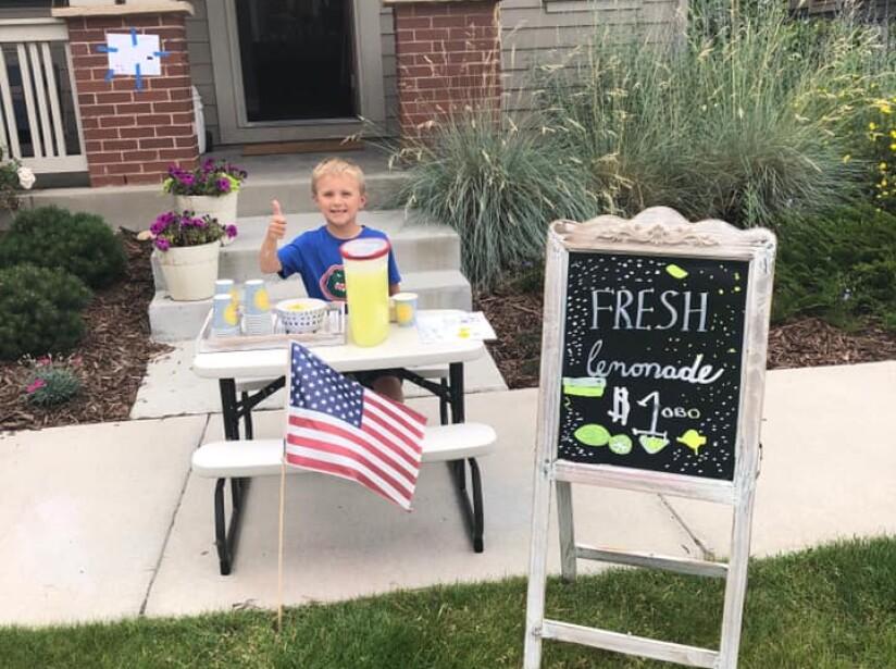 Niño pone puesto de limonada para sacar a una cita a su mamá