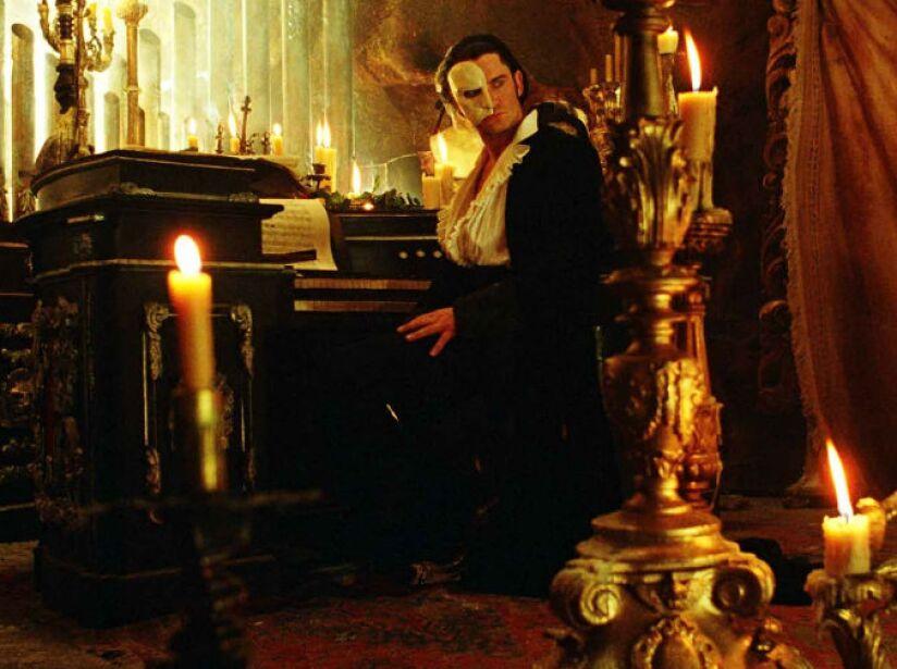 5. El Fantasma de la Ópera: La película (2004) trata de un hombre misterioso que aterroriza la Ópera de París.