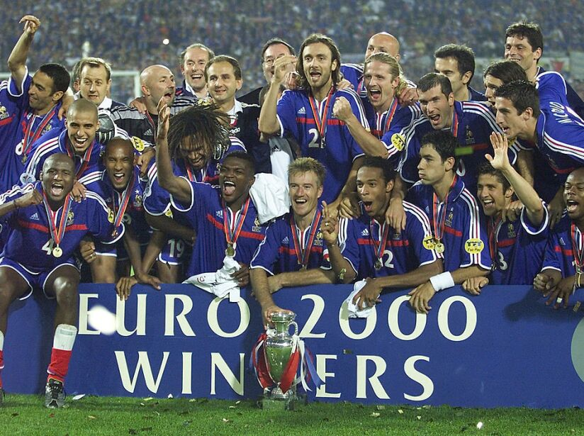 French players pose with the Euro-2000 soccer cham