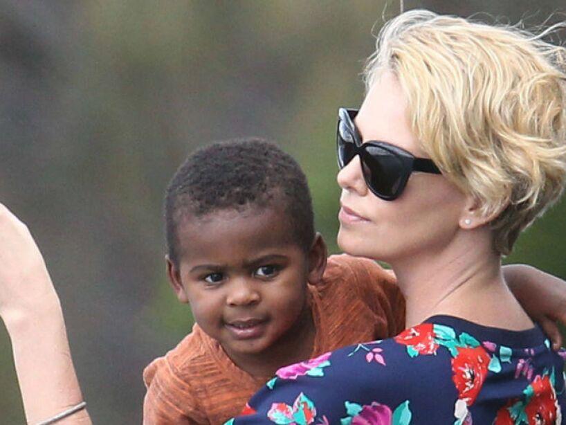 10. Charlize Theron: Decidió adoptar a un niño llamado Jackson el 14 de marzo de 2012.