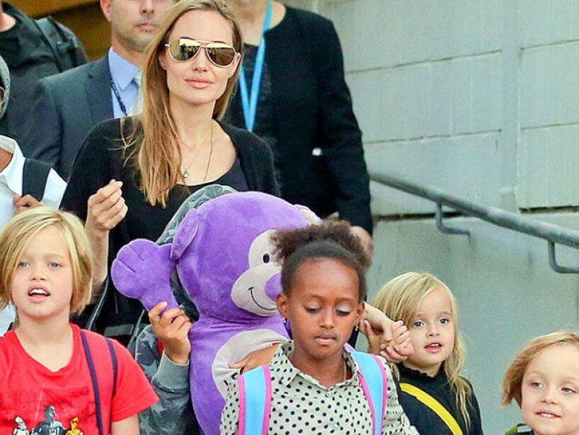 2. Angelina Jolie: Esta actriz tiene literal un kinder, sus hijos son Maddox, Zahara, Shiloh, Pax, Knox Leon y Vivienne.