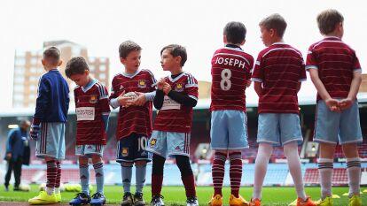 Según el diario inglés The Telegraph, los padres de familia tienen que pagar altas cantidades de dinero, hasta 17 mil pesos (700 liras esterlinas) para que sus hijos salgan al campo junto a algunos jugadores de la Premier League.