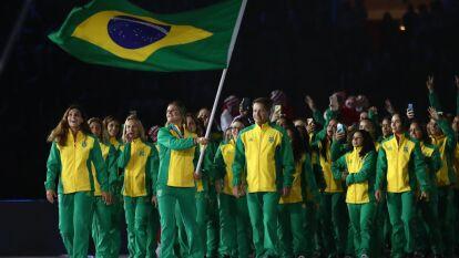 La delegación de Brasil sale a desfilar.