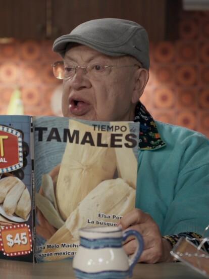 1. El abuelo leyendo una revista de tamales fue uno de los mejores detalles del primer capítulo de la cuarta temporada.