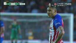 ¡Arquero! El 'Gansito' Hernández detuvo tiro libre de Alexis Vega