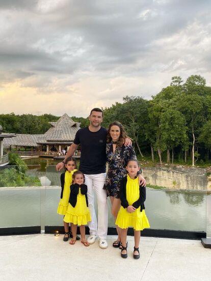 El fin de semana, Jacky Bracamontes se fue con toda su familia a las playas de la Riviera Maya, donde disfrutó del buen clima del destino turístico y también dejó ver cómo luce tras someterse a una cirugía plástica hace mes y medio.