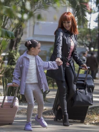 En 'La Mexicana y el Güero', 'Sofía' intenta llevarse lejos a 'Melody' a la fuerza para evitar que la pequeña siga al lado de 'Mario' y 'Gladys'.