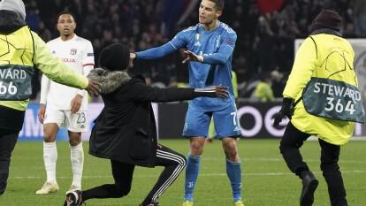 A un minuto de concluir el tiempo agregado, un fan saltó a la cancha e intentó tomarse una foto con Cristiano Ronaldo, quien se molestó porque la Juve apretaba para buscar el empate y el fan les rompió el ritmo.