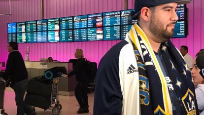 Los aficionados se dieron cita en el Aeropuerto Internacional para recibir al goleador mexicano.