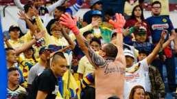 Memo Ochoa obsequia sus guantes en agradecimiento a La Monu