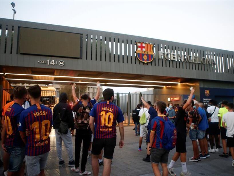 Aficionados del BArcelona afuera del Camp Nou (EFE) (1).jpg