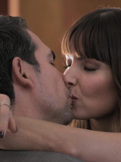 """En """"Diseñando tu Amor"""", la maldad de 'Patricia' está llegando cada vez más lejos con tal de conquistar a 'Héctor'. Ahora seduce a 'Enrique' para que le ayude a planear su propio secuestro."""