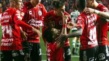 Con goles de Camilo Sanvezzo y Mauro Laínez, Tijuana se impone 2-1 en casa ante Santos.