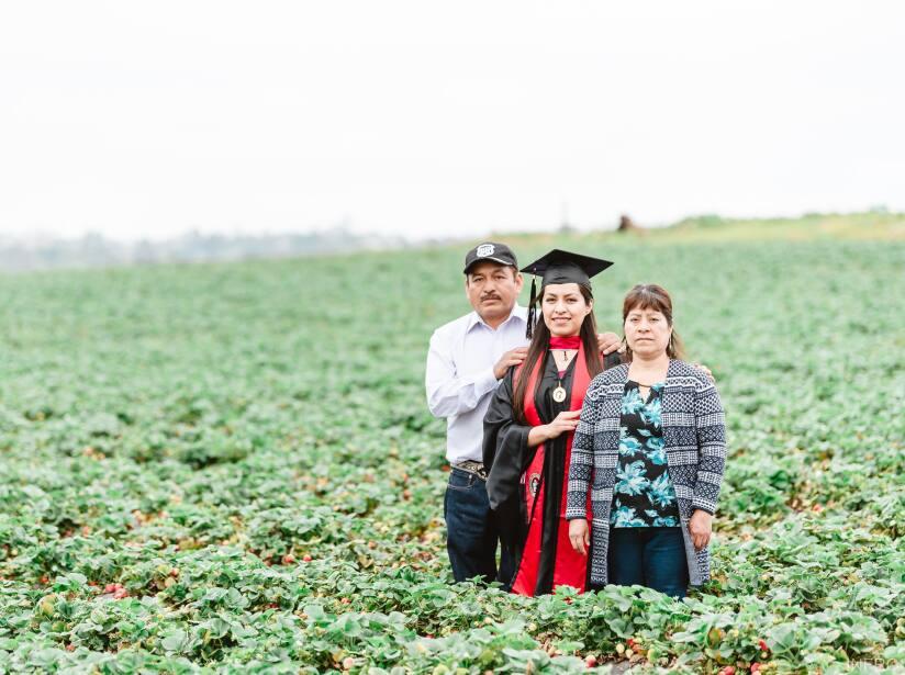 Graduada universitaria hace el homenaje más merecido a sus padres: ellos eran agricultores inmigrantes