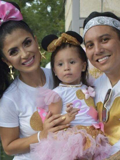 Edwin Luna y Kimberly Flores celebraron el cumpleaños número dos de su hija Gianna con tremenda fiesta, en la que hubo desde una amplia mesa de dulces hasta un show de botargas de Mickey Mouse y sus amigos.