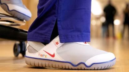 El calzado especializado para los trabajadores de la salud fue lanzado a finales del año pasado. Fueron creados especialmente para médicos y enfermeras que pasan largas jornadas de trabajo. La donación será para hospitales de Estados Unidos y algunos de Europa.