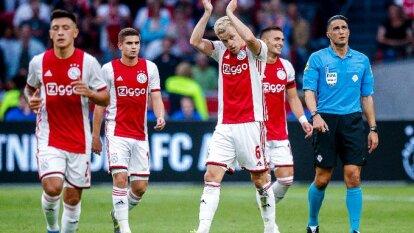 Los Ajacied mostraron buen nivel y vencieron 5-0 con doblete de Huntelaar y goles de Ziyech, Tadic y van de Beek. Edson no vio actividad.