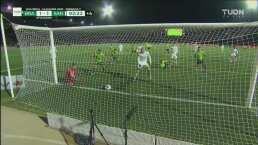 ¡Todo Juárez pide gol! Orozco evita un gol de 'chilena' en la línea