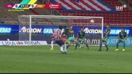 José Juan Macías casi cuelga el balón al ángulo en gran disparo