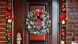 Decora tu puerta con este sencillo adorno navideño