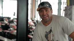 Franky Mostro reta al piloto profesional Rubén Pardo en una carrera de Go-Karts