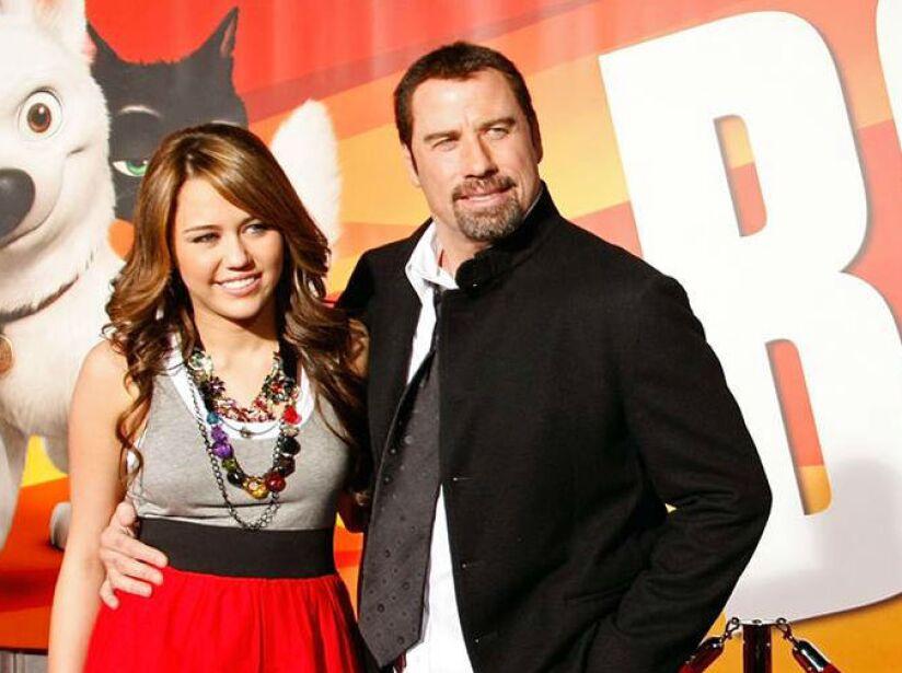 14. Miley Cyrus y John Travolta: El actor es la voz del perrito Bolt en la película del mismo nombre.