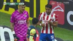 Sergio Díaz encara a Ponce, quien le muestra la camiseta de Chivas